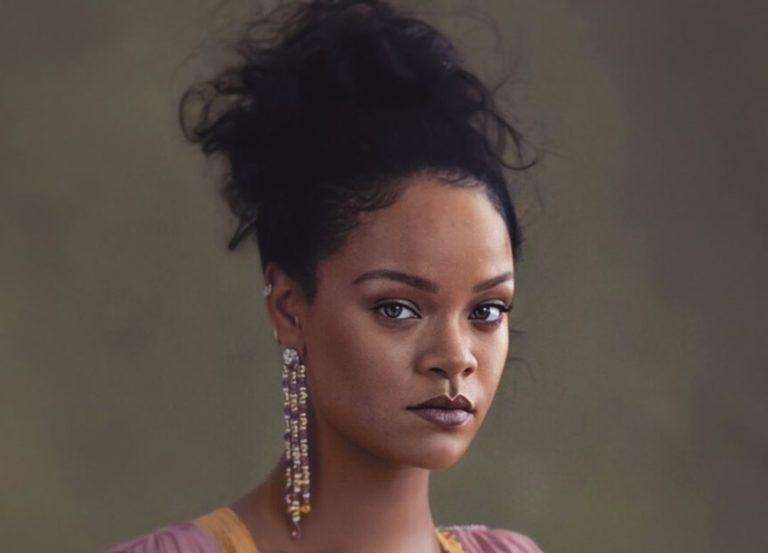 Rihanna montre son superbe corps avec un maillot de bain inspiré par le teint de peau