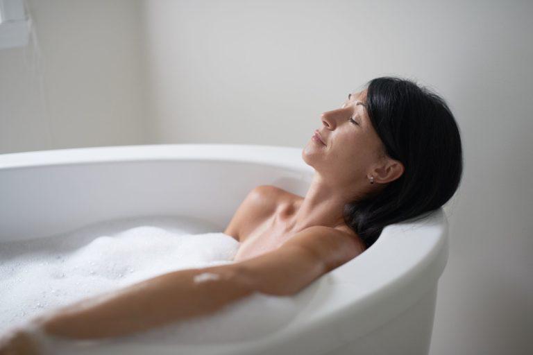 Comment détoxifier sa peau à la maison  avec un bain à base de sel d'Epsom