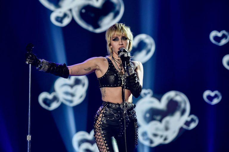 Miley Cyrus : un show spectaculaire à l'avant-match du Super Bowl
